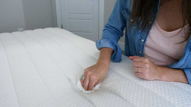 How-To-Clean-A-Mattress-feature